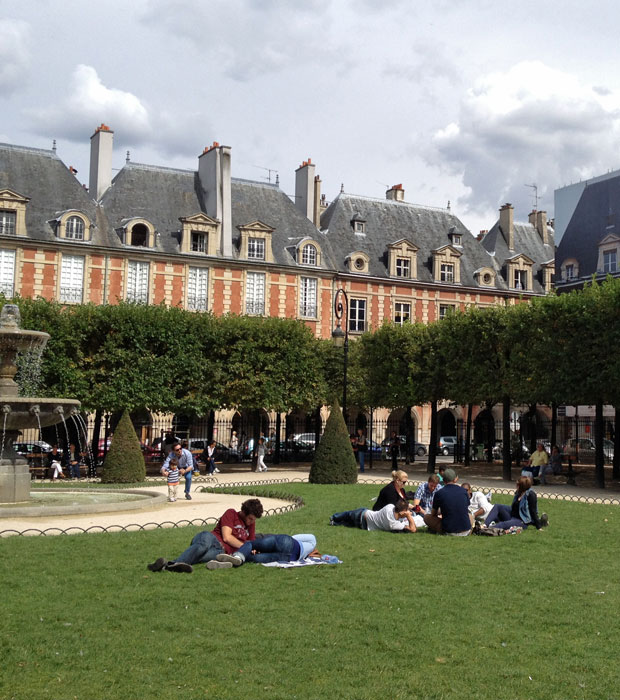 Place des Voges People Watching